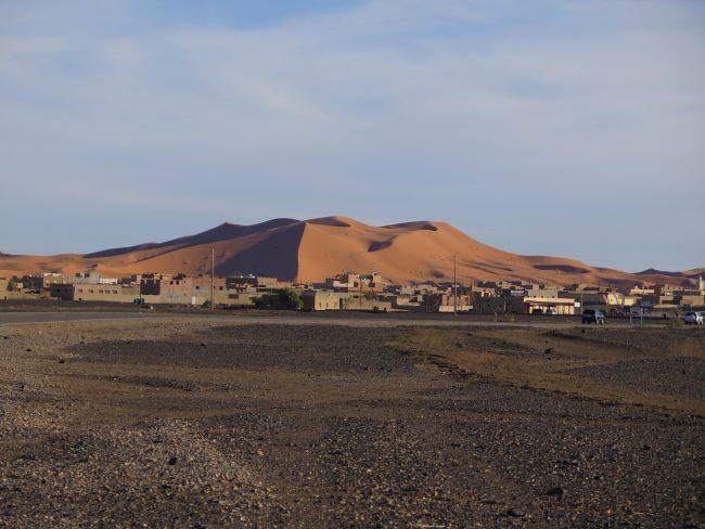 Merzuga con las dunas al fondo