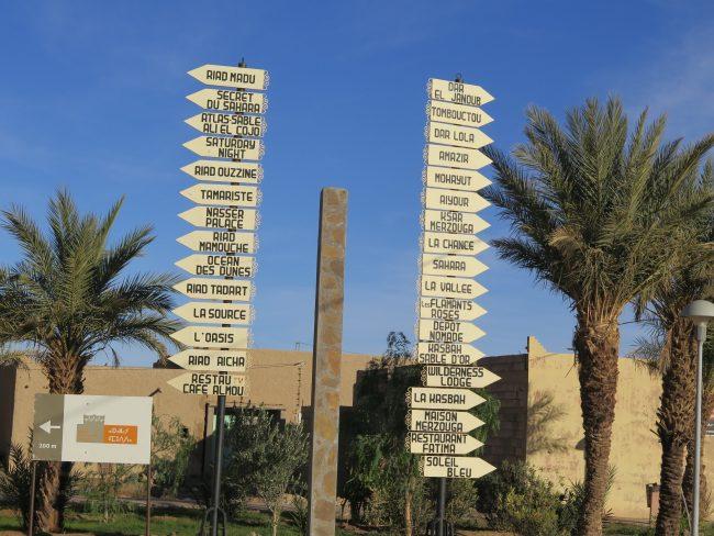 Carteles indicativos de los alojamientos de Hassilabied