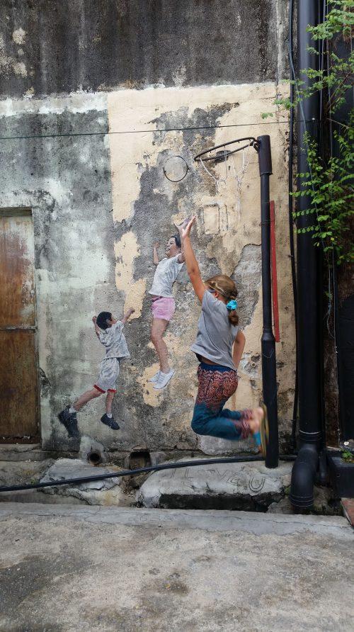 Arte urbano con pinturas y otros elementos