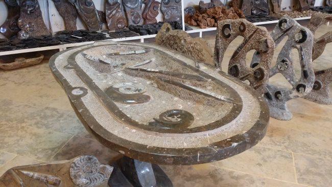 Mesa en mármol con aplicaciones fósiles