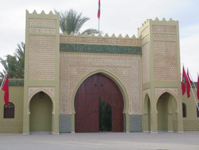 Bonita puerta del Mausoleo de Moulay Alí Cherif