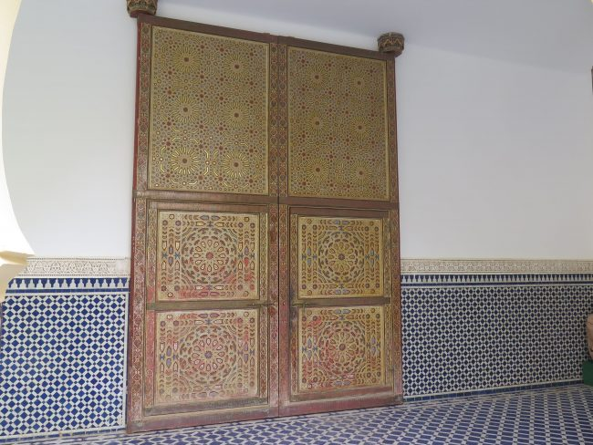 Monumental puerta decorada