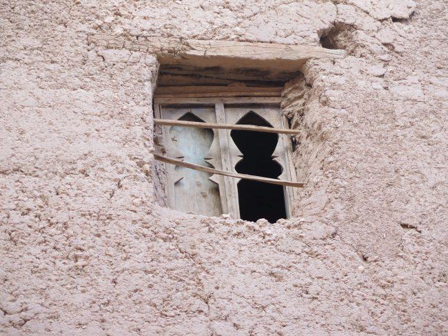 Pequeñas ventanas con postigos de madera