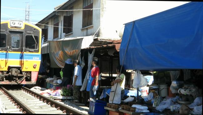 Mercado sobre las vías del Tren Bangkok