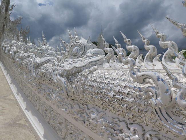 Adornos en el Templo Blanco de Chiang Rai