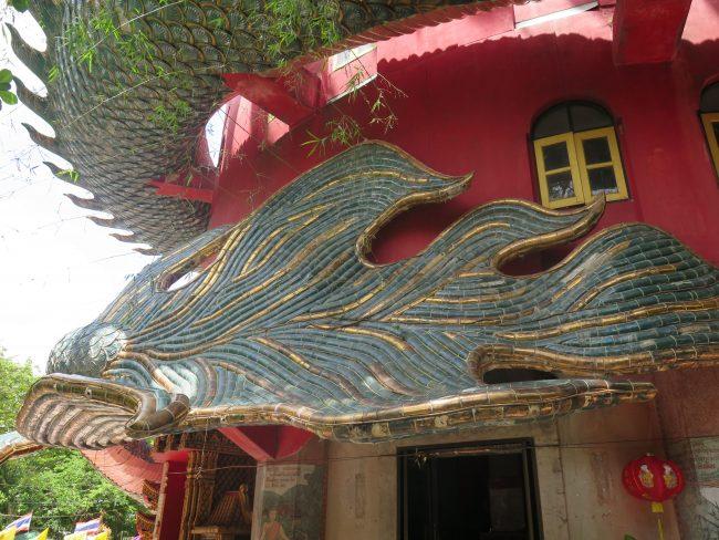 Dragón rodeando a un templo