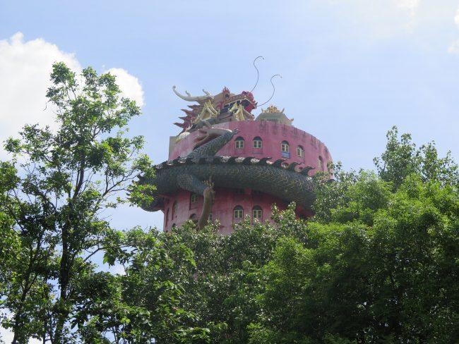 El espectacular templo de un dragón sobre un edificio
