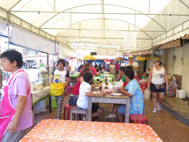 Comer en un mercado flotante