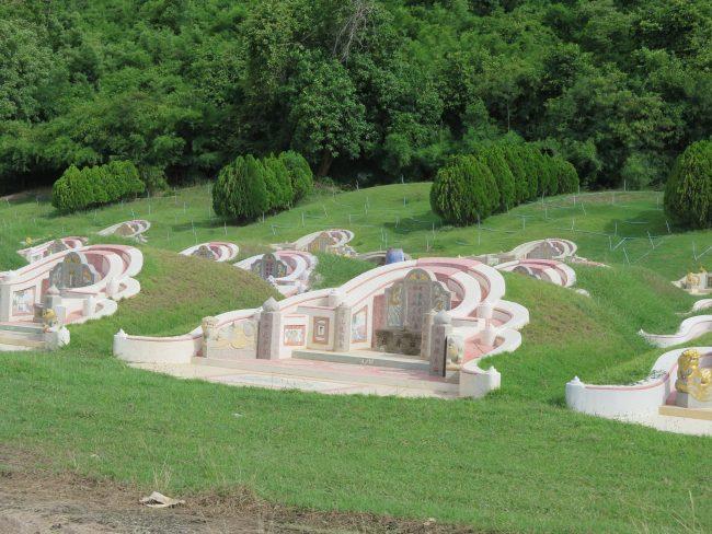Precioso cementerio Chino en las colinas de Kanchanaburi