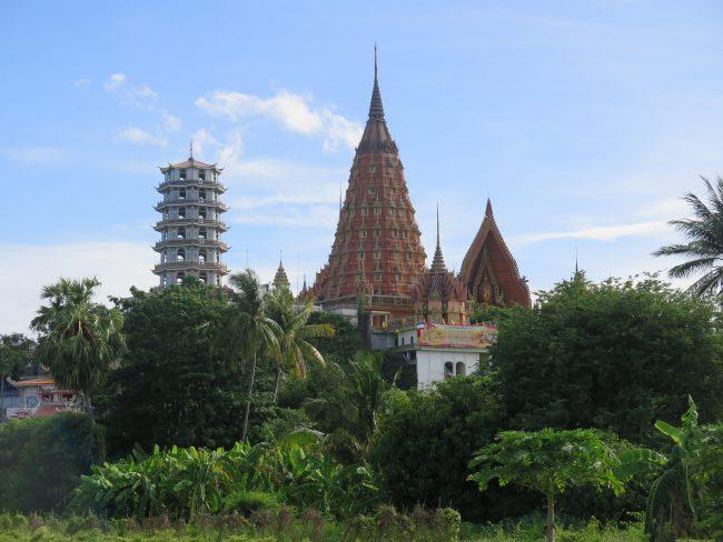 Templos sobre las montañas en Tailandia