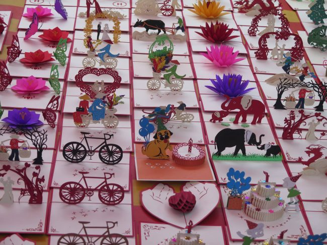 Típicas postales desplegables de papel en Laos