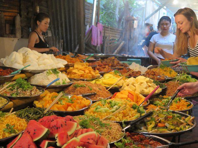 Típica calle de la comida en Luang Prabang