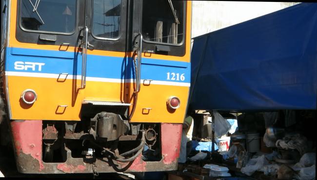 Tren en medio de un mercado