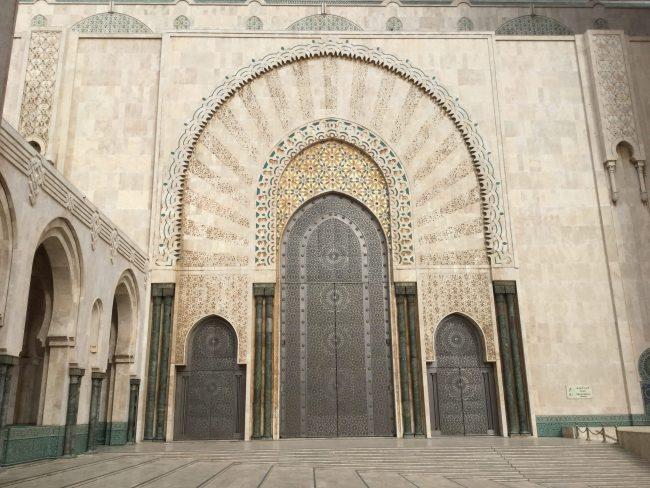 Impresionante puerta de acceso a la Mezquita Hassan II