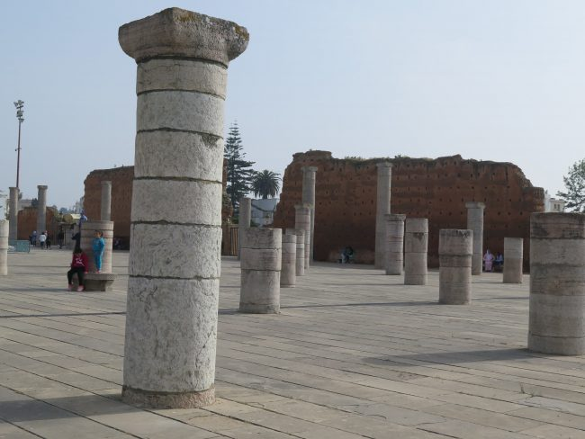 Restos romanos y almohades en la explanada de la Torre Hassan