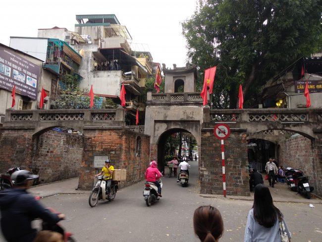 Puerta monumental antigua de acceso a la ciudad vieja de Hanoi