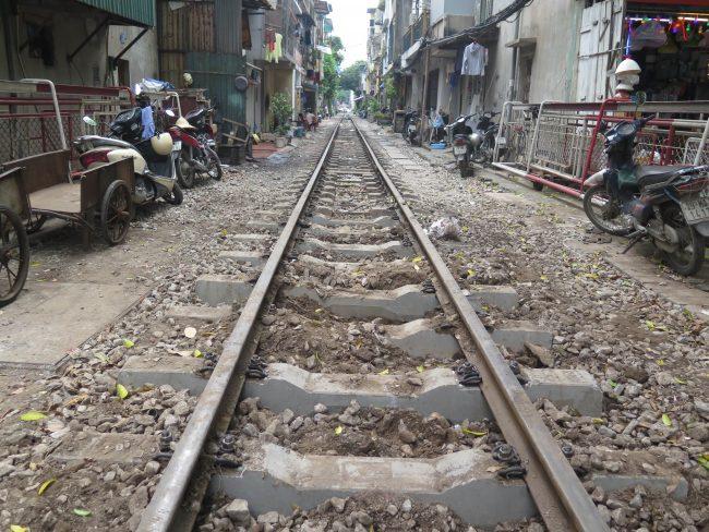 Insólitas calles por donde pasa el tren en Hanoi