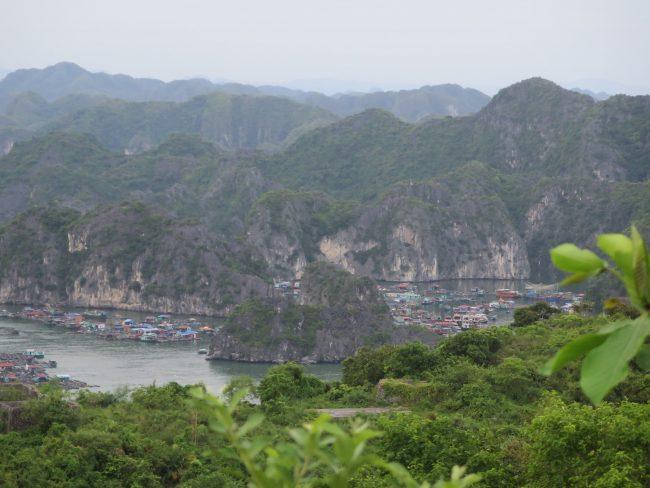 Visitar los pueblos flotantes de la Bahía de Halong