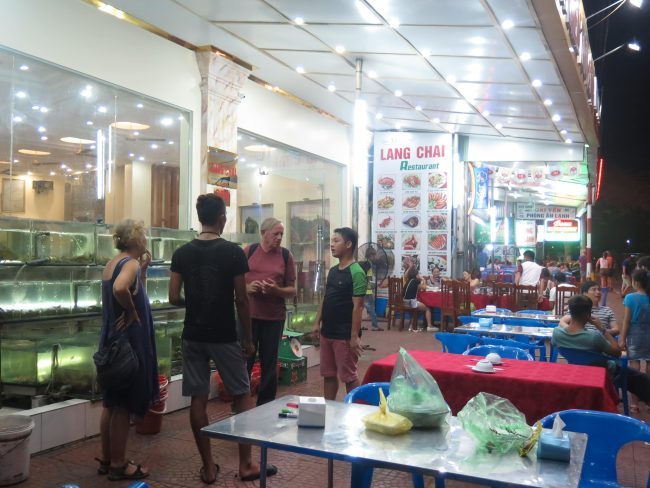 Cenar marisco en la Isla de Cat Ba