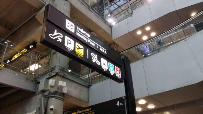 Carteles indicativos en el Aeropuerto de Bangkok