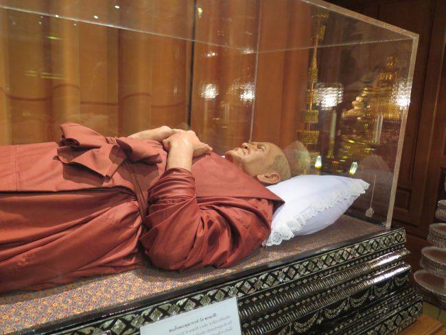 Urna con monje muerto