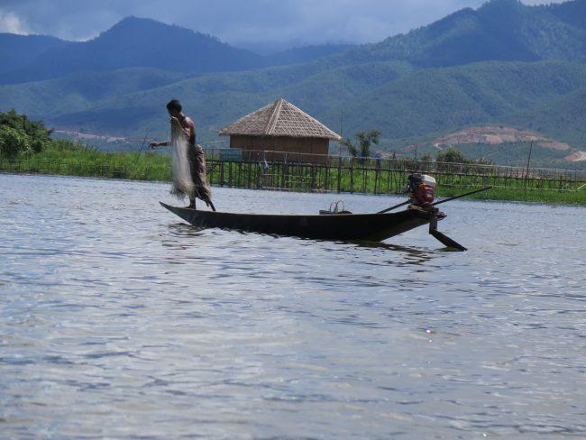 Bonita imagen de un pescador en el Lago Inle