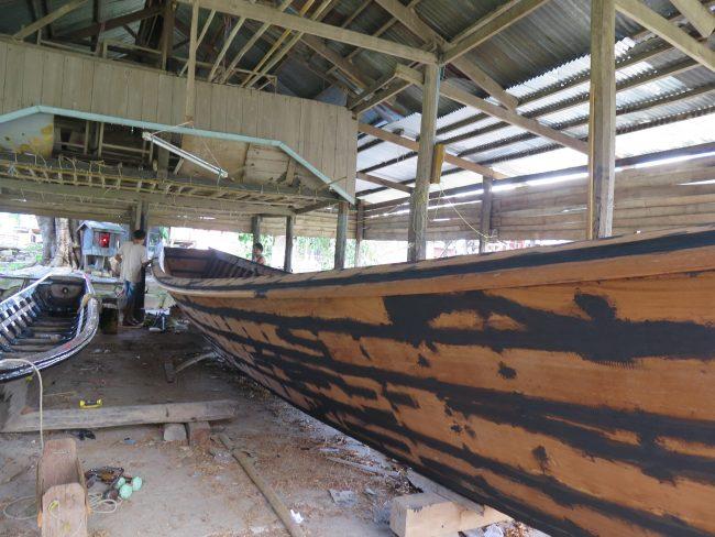 Construcción artesanal de barcas en el Lago Inle