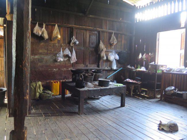 Interior de una casa del lago Inle