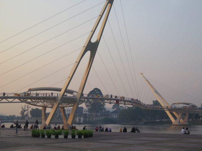 Puente que une las dos orillas de Kuching