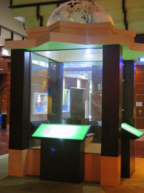 Batu Besurat en el Museo Estatal de Kuala Terengganu