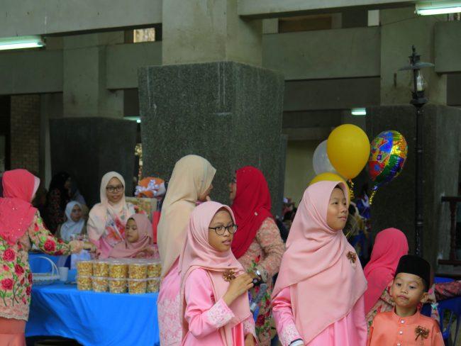 Niñas engalanadas para asitir a una boda en Malasia