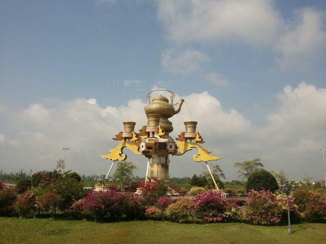 Bonita escultura de una tetera en una rotonda de Brunei