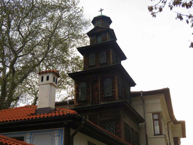 Singular campanario de madera en la ciudad de Plovdiv