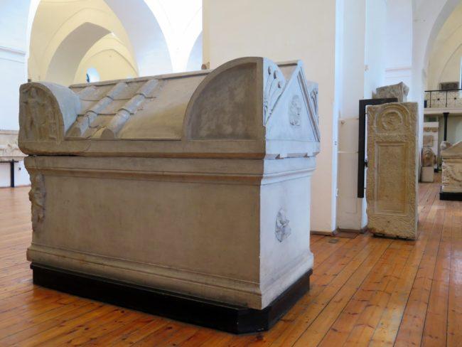 Objetos funerarios en el Museo Arqueológico Nacional de Bulgaria en Sofía