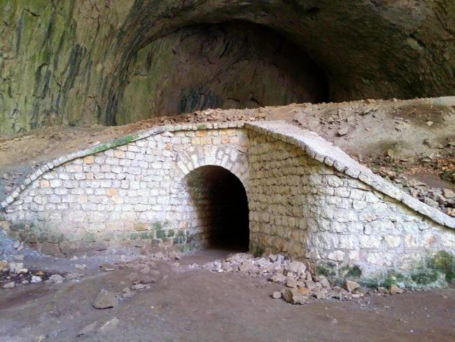 Estructuras militares para el almacenamiento de petróleo en la Cueva Devetashka