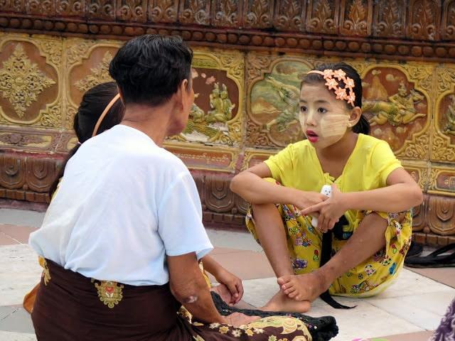 Lo que llevan las mujeres de Birmania en la cara