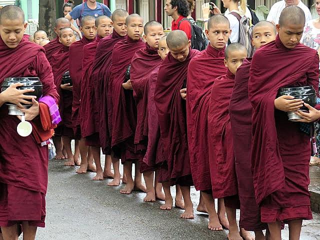 Visitar la ceremonia de los monjes en Amarapura