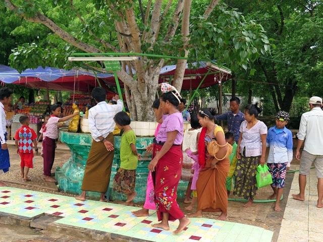 Mujeres de Birmania con el htamain