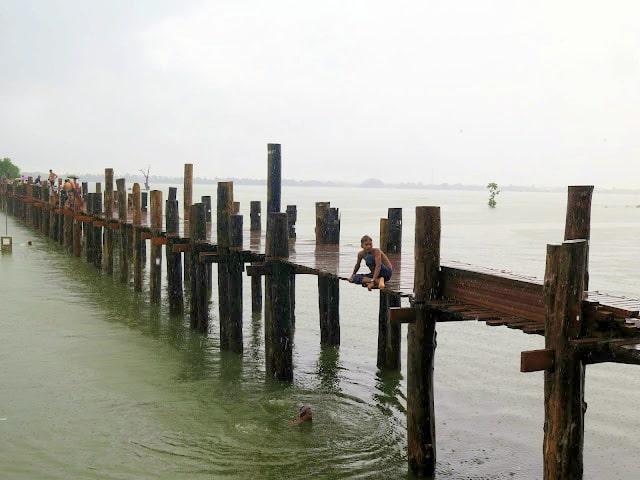 El largo puente de teca de Amarapura