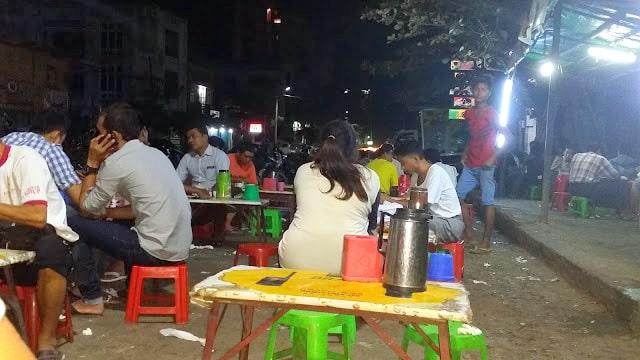 Restaurante callejero en Myanmar
