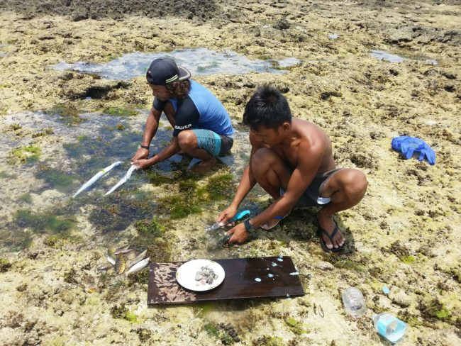 Surferos filipinos preparando un tentempié