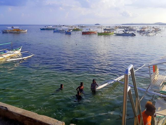 Barcos amarrados a puerto en Siargao