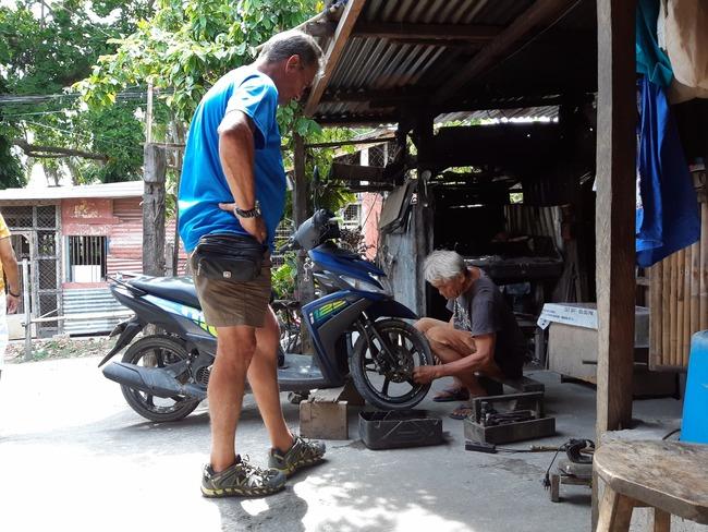 Yayo reparando una rueda en Bohol