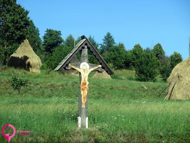 Por qué las cruces rumanas tienen un tejadito