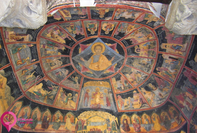 Frescos en el nártex de la pequeña iglesia de Sinaia