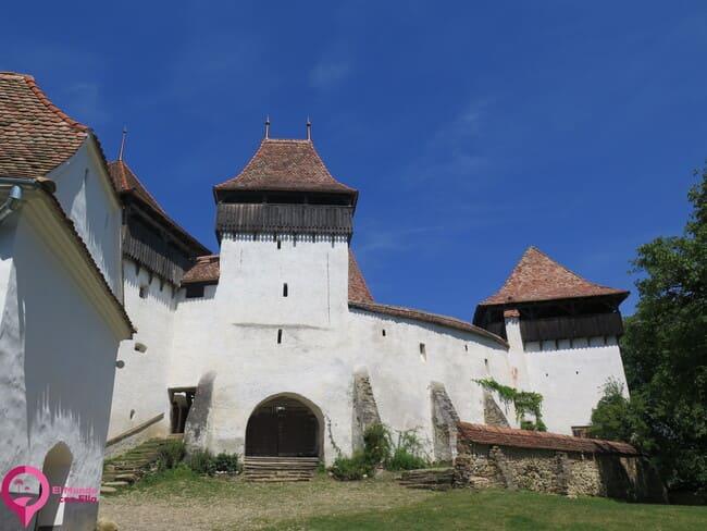 Iglesias rodeadas por un muro perimetral