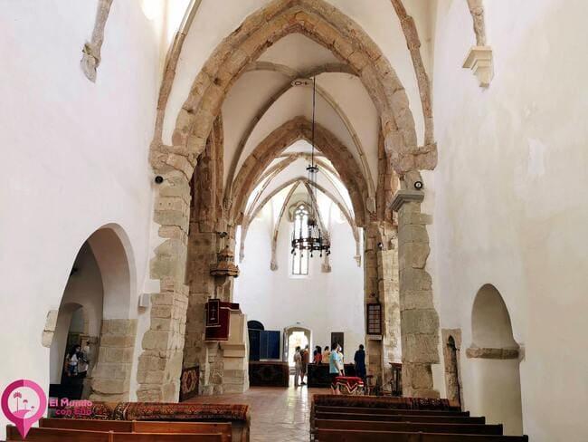 Sobrio Interior de la Iglesia de Prejmer