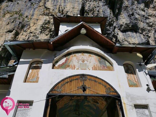 Monasterio Ialomita en el interior de una cueva