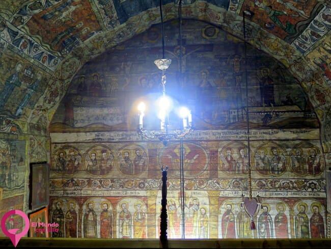 Los interiores de las iglesias de madera