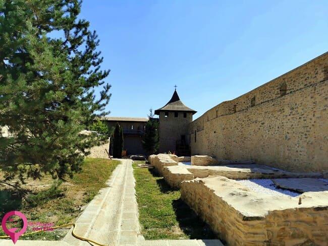 Restos arqueológicos en el Monasterio de Probota